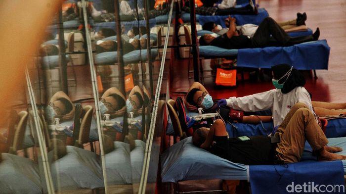 Sejumlah warga mengikuti donor darah di Jakarta International Velodrome, Rawamangun, Jakarta Timur. Acara ini guna membantu kebutuhan stok darah PMI yang berkurang.