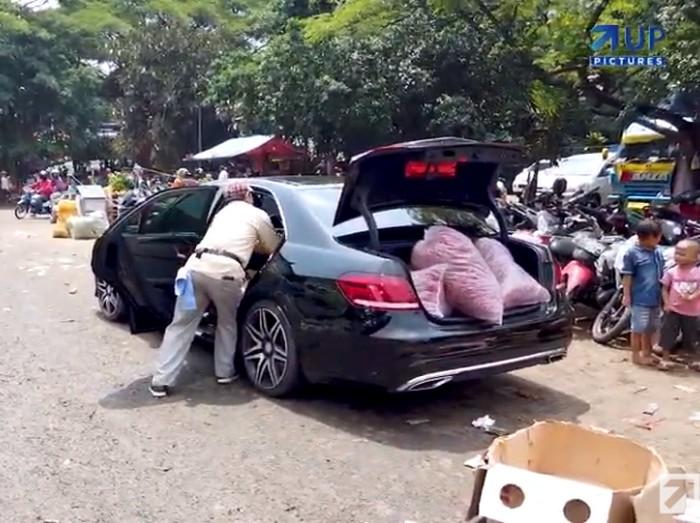 Sultan! Pria Ini Angkut Cabe dan Bawang Pakai Mobil Mercy 1,5 Miliar