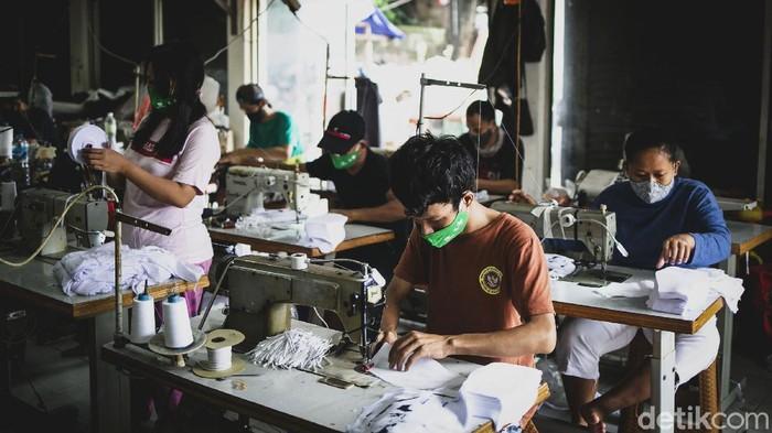 Pandemi COVID-19 membuat masker kain ramai dicari sebagai alat pelindung diri. Tak heran, sejumlah konveksi turut produksi masker guna menambah pemasukan.