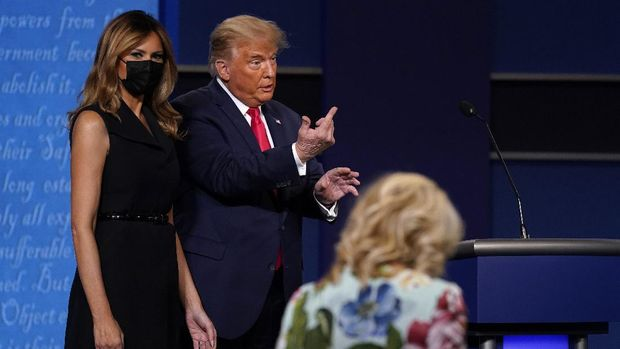 President Donald Trump stands with first lady Melania Trump as Jill Biden walks onto stage after the second and final presidential debate Thursday, Oct. 22, 2020, at Belmont University in Nashville, Tenn., with Democratic presidential candidate former Vice President Joe Biden. (AP Photo/Patrick Semansky)