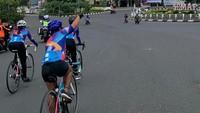 Selama perjalanan, para pesepeda diberikan proteksi perlindungan COVID-19. Sehingga mereka bisa bersepeda dengan tenang. (WCC)
