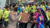 Dari Pekalongan mereka harus menempub jarak sejauh 112 km menuju Semarang. Mereka dilepas oleh Kapolres Pekalongan AKBP Irwan Susanto. (WCC)