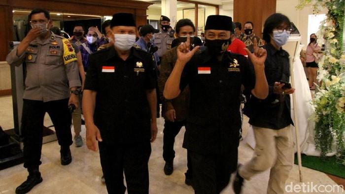 Kedua pasang calon wakil wali kota Solo yang diusung Partai PDIP Gibran Raka Buming Raka dan Teguh Prakoso serta kompetitornya jalur independen Bagyo Wahyono dan FX. Supardjo memasuki hotel tempat acara debat di Solo, Jawa Tengah, Jumat (11/6).