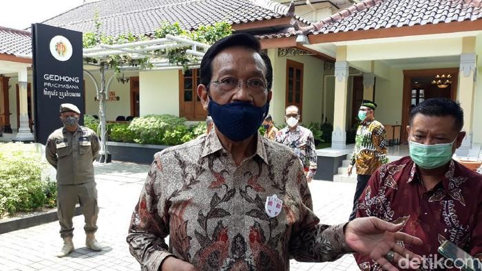 Gubernur DIY Sri Sultan Hamengku Buwono (HB) X di Gedhong Pracimasana, Kompleks Kantor Gubernur DIY, Kecamatan Danurejan, Kota Yogyakarta. Foto diambil Jumat (6/11/2020).