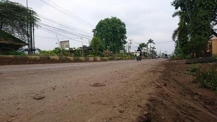 Jalan Raya Cilegon dipenuhi tanah usai daerah tersebut diguyur hujan, Jumat (6/11/2020).