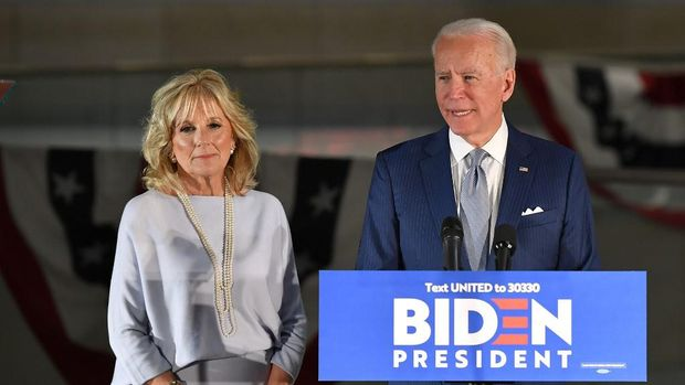 LAS VEGAS, NEVADA - FEBRUARY 21: Dr. Jill Biden (L) and her husband, Democratic presidential candidate former Vice President Joe Biden, arrive at a community event at Hyde Park Middle School on February 21, 2020 in Las Vegas, Nevada. Joe Biden is campaigning one day before the Nevada Democratic presidential caucuses.   Ethan Miller/Getty Images/AFP