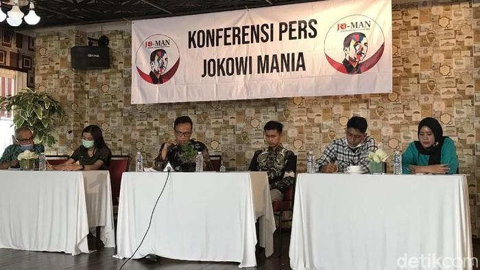 Relawan Jokowi Mania (Jo-Man) meminta Presiden Joko Widodo (Jokowi) me-reshuffle 10 menteri.