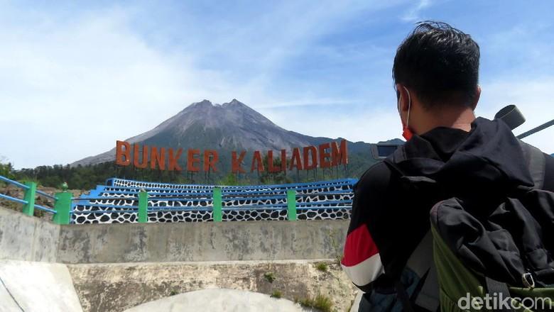 Tim gabungan polisi-TNI bersiaga di kawasan wisata yang berada di wilayah lereng Gunung Merapi. Penjagaan dilakukan usai status Gunung Merapi naik menjadi Siaga