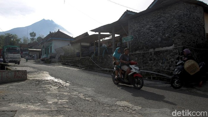 Warga Dusun Krinjing, Magelang, tampak beraktivitas di tengah naiknya status Gunung Merapi jadi siaga. Dusun Krinjing diketahui berada di area sekitar Merapi.