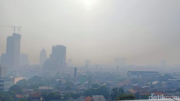 Penampakan langit Jakarta Selatan, Jumat (6/11) pukul 07.23 WIB.