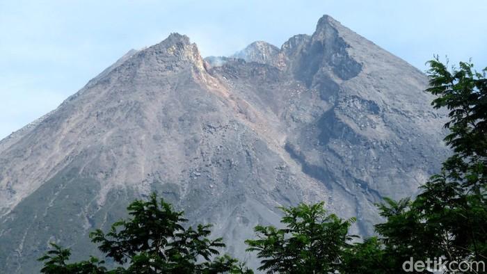 Penampakan Gunung Merapi dari kawasan objek wisata Bunker Kaliadem yang berada di wilayah lereng Gunung Merapi, Sleman, Yogyakarta, Jumat (6/11/2020).