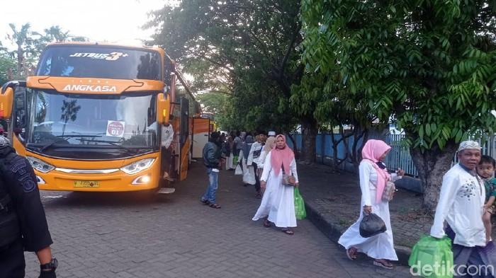Ratusan penganut Syiah dibaiat kembali ke ajaran Suni pada Kamis (5/11) di Sampang-Madura. Kini mereka sudah kembali ke pengungsian di Rusunawa Puspa Agro, Sidoarjo.