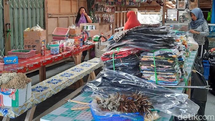 Pedagang souvenir di Bunker Kaliadem, Sleman, Yogyakarta, mengevakuasi barang dagangannya. Hal ini terkait naiknya status Gunung Merapi menjadi Siaga.
