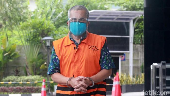 Heri Tantan Sumaryana menjalani pemeriksaan di KPK. Eks Kepala Bidang Pengadaan dan Pengembangan BKD Kabupaten Subang itu terjerat kasus gratifikasi.