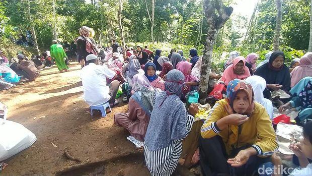Tradisi berdoa dan makan bersama di makam leluhur