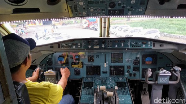Kita bikin edukasi dengan mendatangkan pesawat, karena tidak semua jamaah pernah naik pesawat. Kalaupun udah pernah naik pesawat pasti tidak bisa foto didalam kokpit. Kata pemilik wisata J&J Kuningan Kiki Al-Farizi (50)