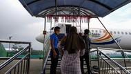 Calon Jemaah Belajar Naik Haji dan Umroh dengan Naik Pesawat Fokker