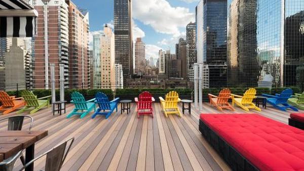Pod 51 merupakan hotel paling terjangkau di kota New York yang fokus pada gaya dan kemanan. Tamu bisa bersantai di lobi dan kafe, atau di taman atap hotel yang indah. (Trip Advisor)