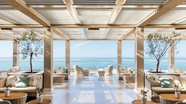 Hotel Ikos Oceana Nea Moudania di Yunani ini menghadap ke Laut Aegea yang memiliki warna biru kristal. Salah satu yang menakjubkan adalah pantai berpasir alami sepanjang 350 m yang dibatasi oleh pohon pinus, kebun zaitun dan pohon cemara. (Trip Advisor)