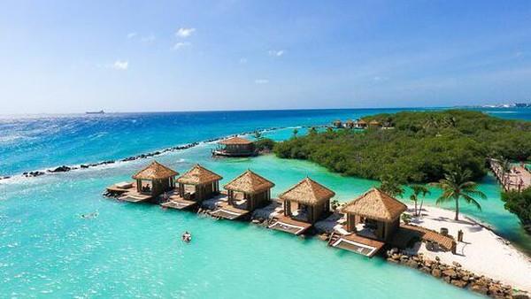 Renaissance Aruba Resort & Casino, Oranjestad, Aruba akan memanjakan wisatawan dengan pemandangan Laut Karibia dengan pemandangan kota yang juga menambah keindahannya. Tamu juga bisa menuju pulau pribadi seluas 40 hektar dimana flamingo liar berkeliaran bebas. (TripAdvisor)