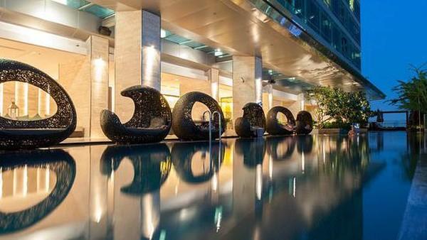 Eastin Grand Sathorn Thailand berlokasi di pusat kawasan bisnis Sarhorn, hotel berjarak dekat dengan jalan tol yang terhubung ke Bandara Internasional Subarnabhumi. Uniknya, hotel ini memiliki askes langsung ke sistem BTS Sky Train di Stasiun Surasak. (TripAdvisor)