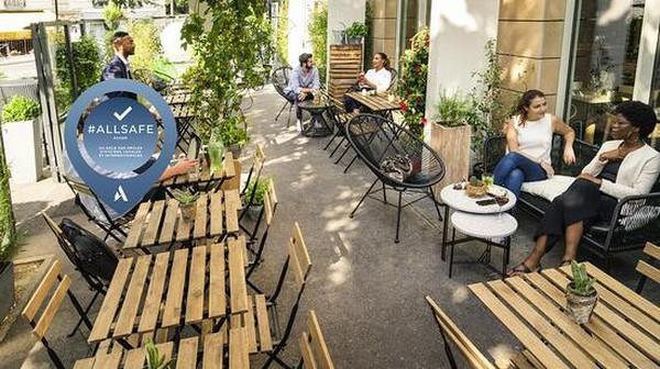 Hotel Novotel Paris terletak di seberang stasiun kota Paris Montparnasse. Lokasinya akan memungkinkan tamu untuk berkunjung ke berbagai wisata populer Paris. Mulai dari Saint Germain des Pres, Louvre hingga Menara Eiffel yang bisa dicapai lewat jalur metro di dekat hotel. (TripAdvisor)