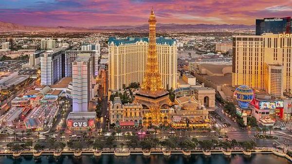 Paris Las Vegas, Nevada berdekatan dengan Las Vegas Strip di Eiffel Tower Restaurant Las Vegas, atau menikmati pemandangan kota Las Begas yang menawan. Traveler juga bisa mengunjungi Le Boulebard yang memiliki tempat perbelanjaan hingga kuliner. (TripAdvisor)