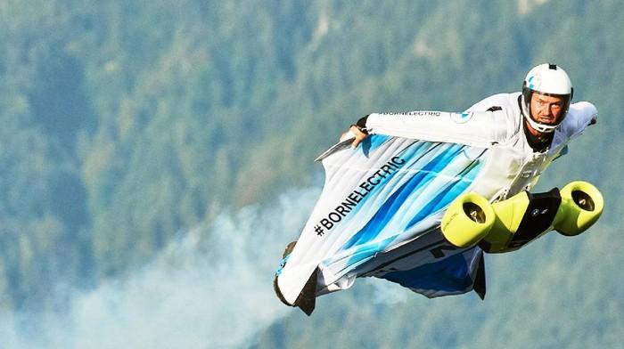 BMW biki baju terbang yang dapat melesat 300 kpj di udara.