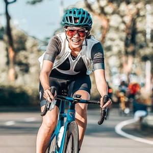 8 Gaya Gisel Gowes Sepeda Keliling Kota, Gahar dan Sporty Banget!
