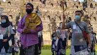 Setelah menyelessaikan satu putaran dan tiba lagi di plataran Candi Borobudur mereka melakukan meditasi dan mendoakan almarhum dalang milenial Ki Seno Nugroho. (Eko Susanto/detikTravel)