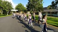 Peserta kirab berjalan start dari Kantor Balai Konservasi Borobudur (BKB) menuju pelantaran Candi Borobudur di Magelang, Jawa Tengah. Puluhan orang itu berjalan sambil membawa tokoh wayang kulit.Sesampainya di pelataran Candi Borobudur, mereka mengelilingi candi satu putaran. (Eko Susanto/detikTravel)