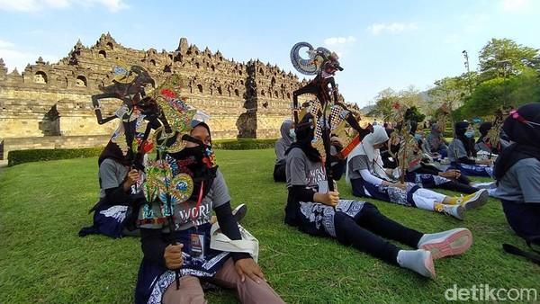 Ke-50 peserta kirab di Hari Wayang Sedunia itu berarakan mengelilingi Candi Borobudur. Masing-masing personel membawa satu tokoh wayang kulit. ( Eko Susanto/detikTravel)