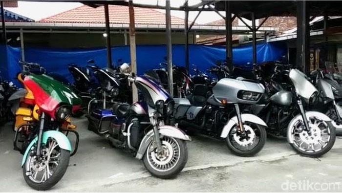 Polres Bukittinggi merilis kasus penganiayaan anggota klub Moge Harley-Davidson terhadap 2 prajurit TNI. 5 Dari 24 Moge yang ditahan diduga bodong.