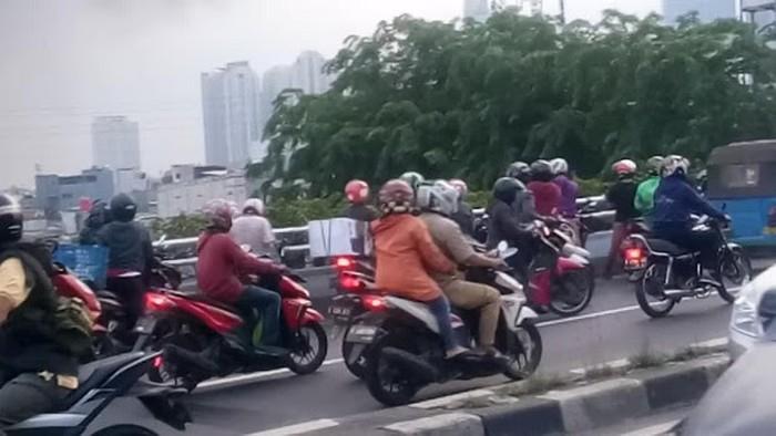 Kemacetan akibat warga yang ingin tahu kebakaran di seberang ITC Roxy Mas. (Dicky Hendrawan via Pasangmata)