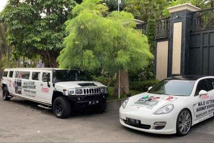 Mobil mewah di depan posko pemenangan Machfud Arifin-Mujiaman. (Dok PDIP)