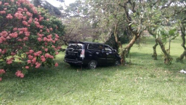 Mobil yang Dikemudikan Pelajar di Tol Jagorawi Menabrak Pohon