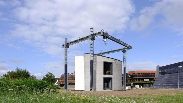Perusahaan konstruksi asal Belgia, Kamp C,  baru saja membangun rumah 2 lantai pertama di dunia dari beton dengan teknologi 3D printer. Rumah 2 lantai itu dibangun seluas 90 meter persegi berukuran tinggi delapan meter (ukuran rata-rata rumah bertingkat di wilayah tersebut).