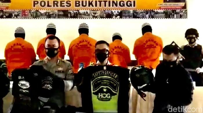 Polres Bukittinggi merilis kasus anggota klub Harley-Davidson mengeroyok prajurit TNI.