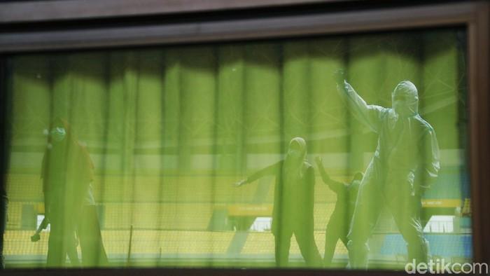 Puluhan pasien OTG COVID-19 dirawat di Rumah Sakit Darurat di Stadion Patriot Candrabhaga, Kota Bekasi. Mereka mengisi pagi hari dengan senam pagi. Yuk lihat.