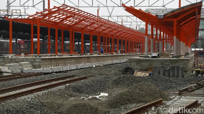 Pengerjaan proyek double-Double track Manggarai-Cikarang terus dilakukan. Proyek ini sempat terhambat akibat penerapan PSBB terkait COVID-19.