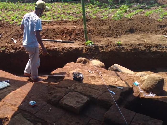 Susunan batu bata kuno yang ditemukan di Langlang, Singosari, Kabupaten Malang