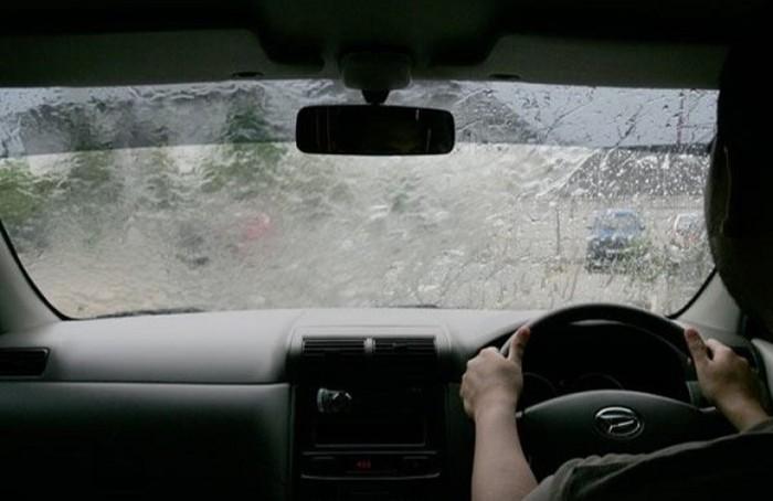 Tips berkendara mobil di musim hujan