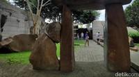 Di sana terdapat berbagai karya seni berupa batu yang disusun secara artistik.