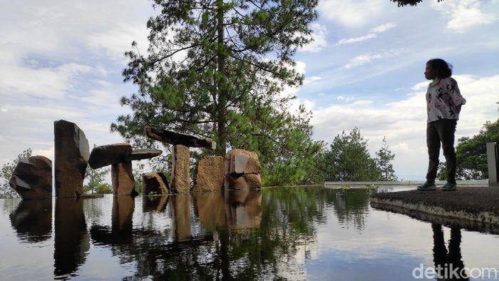 Wot Batu merupakan sebuah tempat wisata seni dan budaya di Bandung, Jawa Barat. Warga banyak menghabiskan akhir pekan dengan berlibur di sini.