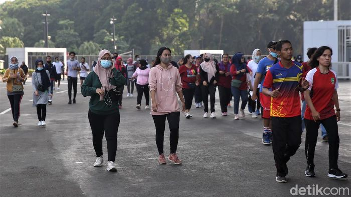 Kawasan Komplek Gelora Bung Karno, Jakarta, ramai dikunjungi warga di hari Minggu. Kebanyakan warga datang ke GBK untuk berolahraga. Berikut potretnya.
