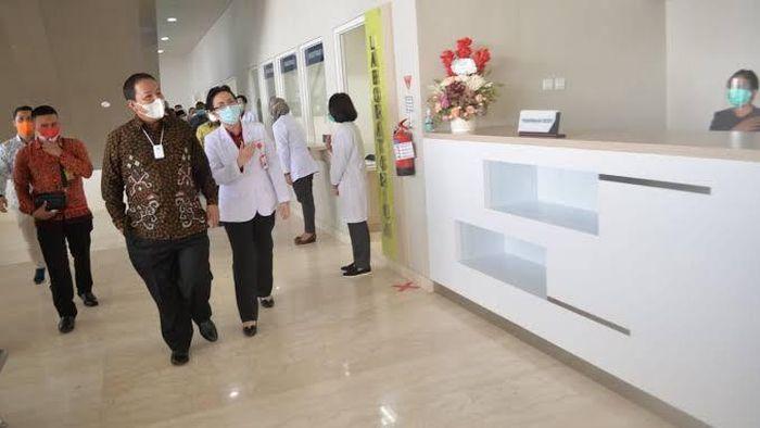 Penanggulangan pandemi COVID-19 sangat bergantung pada tes dan pelacakan guna memutus mata rantai virus Corona. Hal ini tak mudah karena kapasitas laboratorium di Indonesia belum bisa mengejar target pengujian, termasuk kesediaan alat-alatnya.