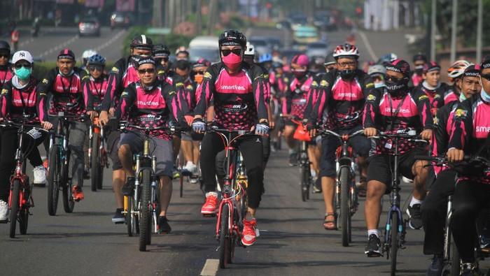 Bersepeda jadi salah satu kegiatan yang populer dilakukan masyarakat di masa pandemi. Guna cegah Corona, para pesepeda pun tetap terapkan protokol kesehatan.