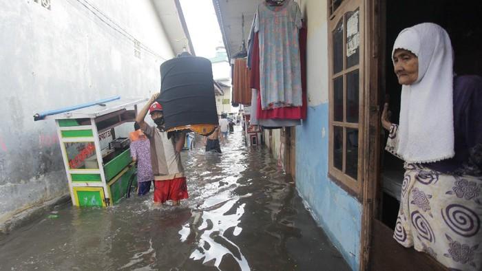 Hujan deras yang mengguyur Jakarta saat siang tadi membuat sejumlah kawasan di Ibu Kota terendam banjir. Salah satunya kawasan Kemang Utara.