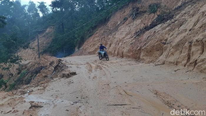 Ibu hamil ditandu gegara jalan rusak di Kabupaten Lebak, Banten. ini penampakannya.