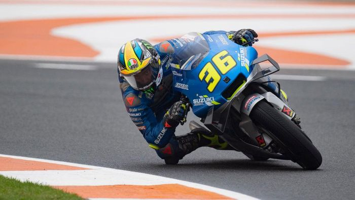 VALENCIA, SPAIN - NOVEMBER 06: Joan Mir of Spain and Team Suzuki ECSTAR rounds the bend during the free practice for the MotoGP of Europe at Comunitat Valenciana Ricardo Tormo Circuit on November 06, 2020 in Valencia, Spain. (Photo by Mirco Lazzari gp/Getty Images)